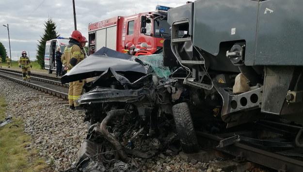 Zniszczone auto w Martianach /PAP/KP PSP Kętrzyn /PAP