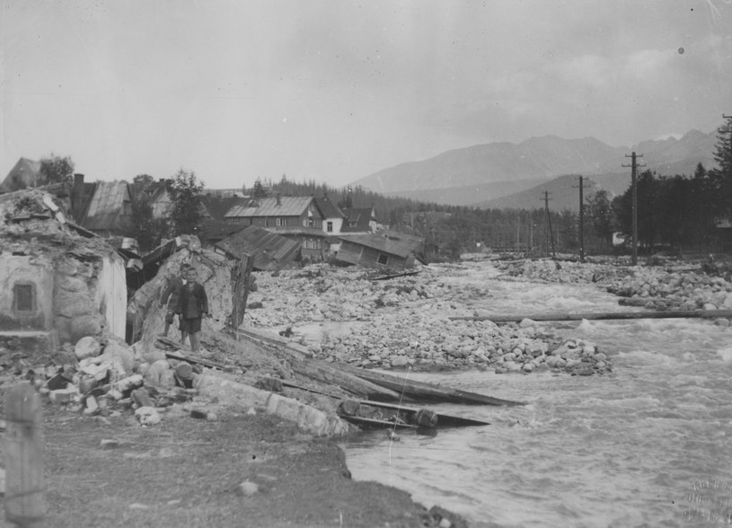 Zniszczone domy nad brzegiem Bystrego Potoku w Zakopanem /Z archiwum Narodowego Archiwum Cyfrowego