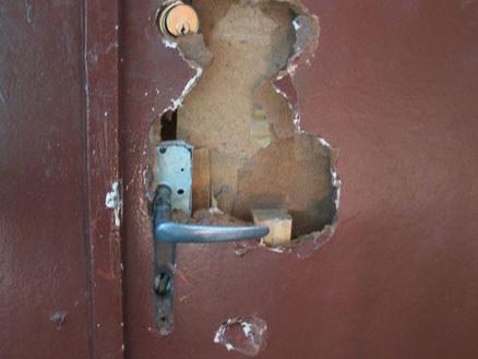 Zniszczone drzwi do mieszkania pani Małgorzaty  /Fot. Agnieszka Wyderka /RMF FM