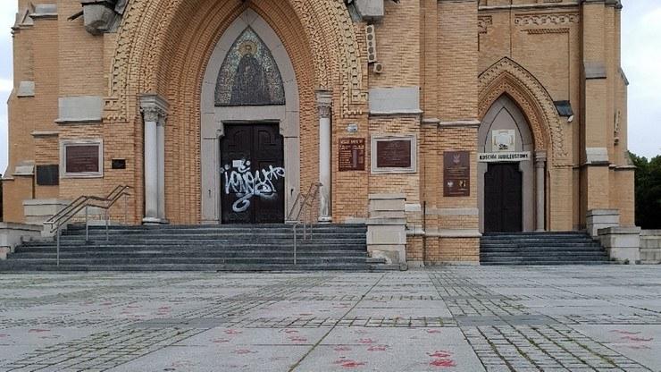 Zniszczone drzwi katedry /Archidiecezja Łódzka /