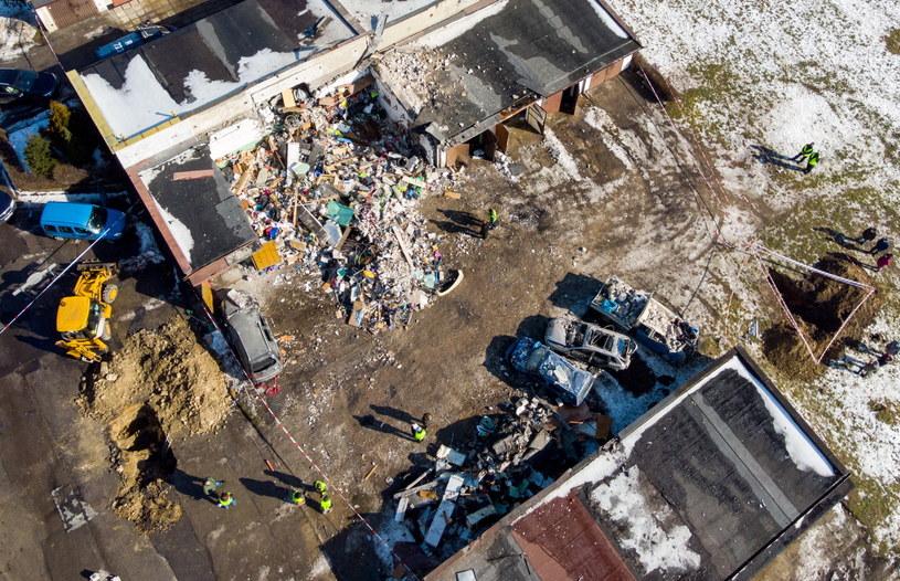 Zniszczone garaże i samochody po nocnym wybuchu gazu na ulicy Lenartowicza w Sosnowcu