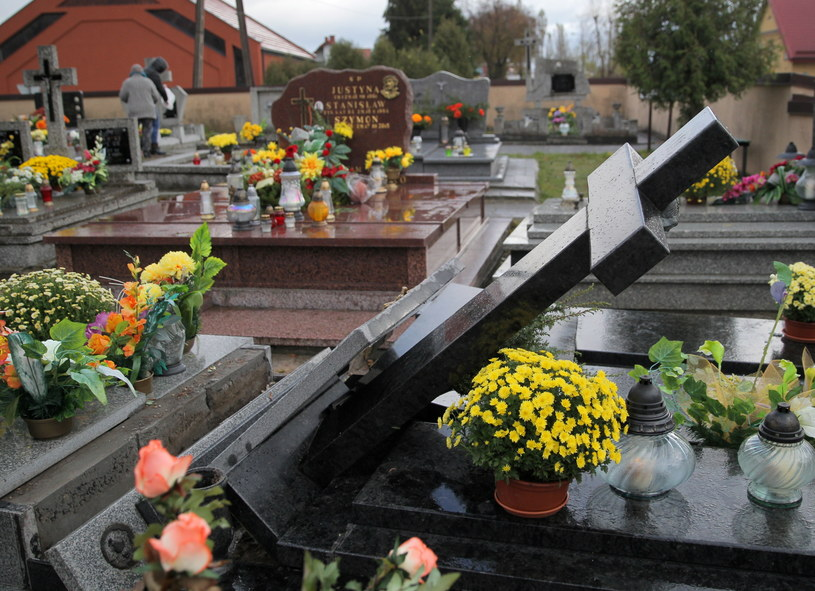 Zniszczone nagrobki na cmentarzu komunalnym w Ełku /Tomasz Waszczuk /PAP