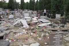 Zniszczone nagrobki na gliwickim cmentarzu