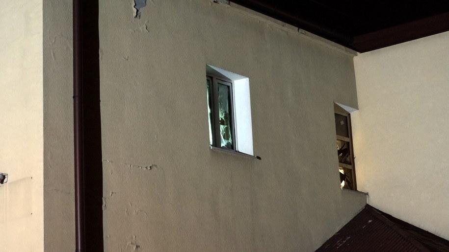 Zniszczone okna na pierwszym piętrze budynku GOPS-u /Michał Dukaczewski /RMF FM