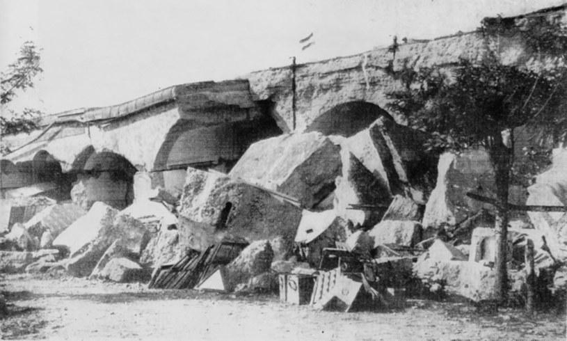"""Zniszczone w 1915 roku piętrowe koszary szyjowe fortu XIII """"San Rideau"""" /Wikimedia Commons /INTERIA.PL/materiały prasowe"""