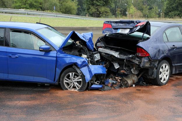 Zniszczone w wyniku karambolu auta /Jakub Kaminskii /East News