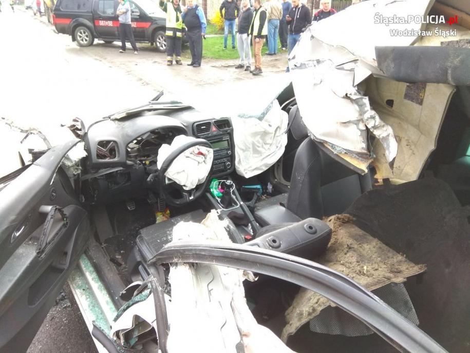 Zniszczone w wypadku auto /slaska.policja.pl /Policja