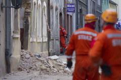 Zniszczony budynek kamienicy w Mirsku