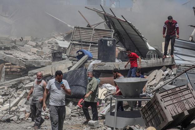 Zniszczony dom po izraelskim uderzeniu w mieście Gaza. /MOHAMMED SABER  /PAP/EPA