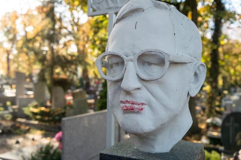 Zniszczony grób sędziego Trybunału Konstytucyjnego, prof. Lecha Morawskiego na cmentarzu św. Jerzego w Toruniu /Tytus Żmijewski /PAP