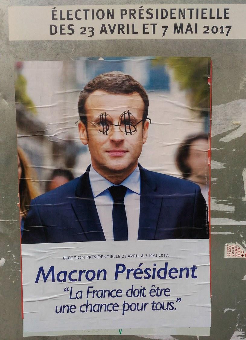 Zniszczony plakat wyborczy Emmanuela Macrona /Michał Michalak /INTERIA.PL