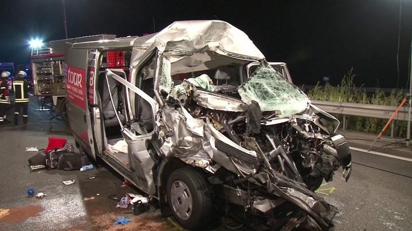 Zniszczony po wypadku mikrobus /PAP/EPA