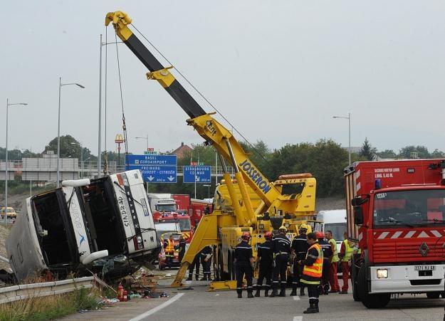 Zniszczony polski autokar na autostradzie we Francji /PAP/EPA