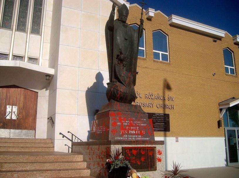 Zniszczony pomnik Jana Pawła II. /East News