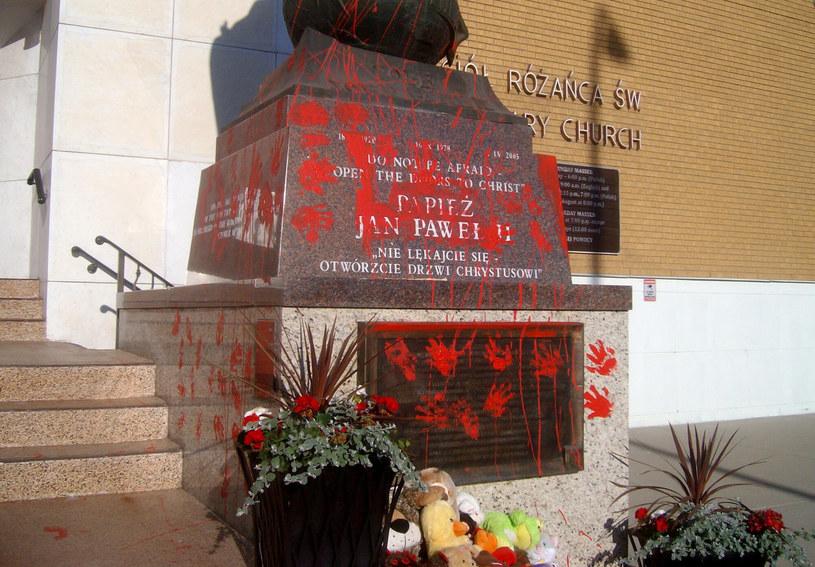 Zniszczony pomnik Jana Pawła II. /PRESS ASSOCIATION    /East News