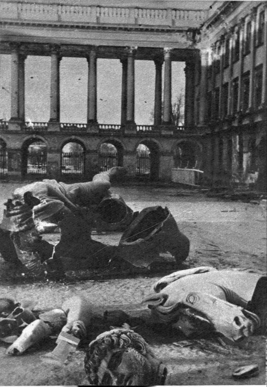 Zniszczony Pomnik księcia Józefa Poniatowskiego. Warszawa, 10 października 1944 roku. /CAF /PAP