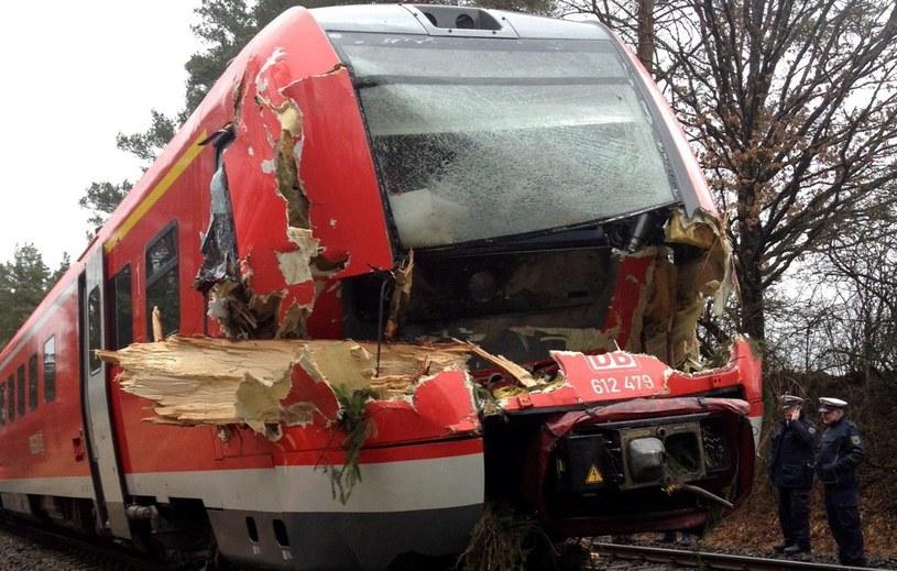 Zniszczony przez złamane drzewo wagon pociągu w okolicach Pegnitz w Niemczech /PAP/EPA