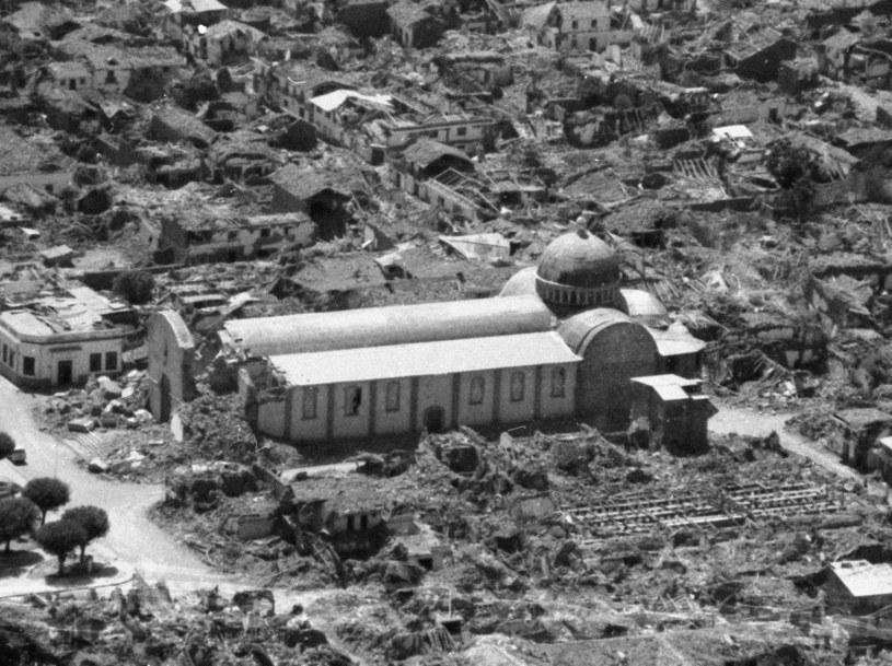 Zniszczonych zostało nawet 80 procent budynków, w tym domy, szkoły, lokale administracji publicznej, sklepy, przychodnie i wiele, wiele innych /East News