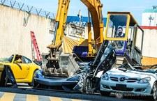 Zniszczyli buldożerem auta za 1,1 mln dolarów!