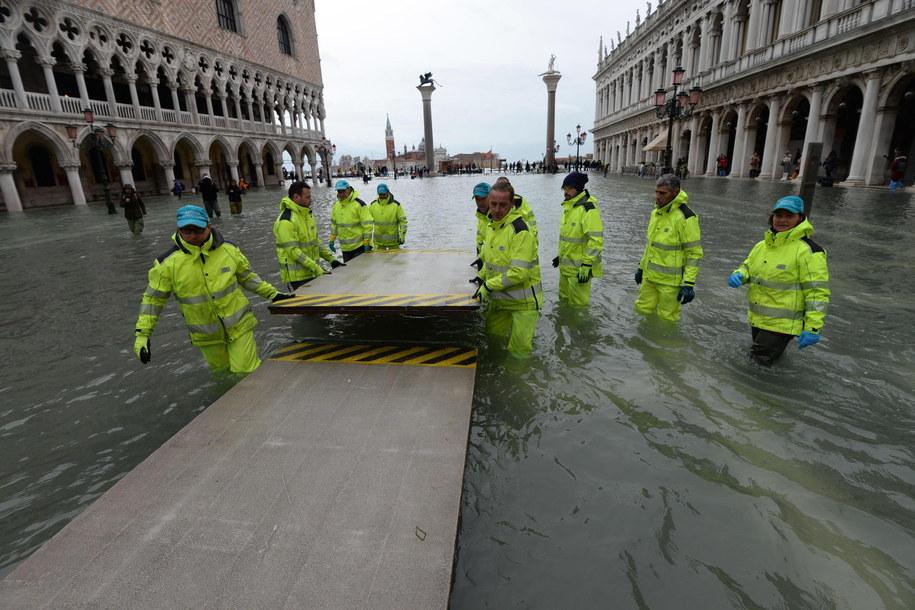 Znów podnosi się poziom wody w Wenecji /ANDREA MEROLA /PAP/EPA