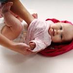 Zobacz, jak sprawnie przebierać noworodka