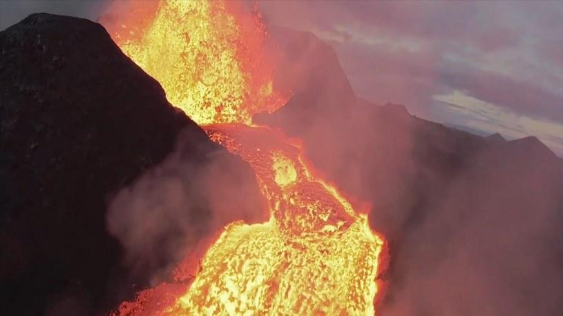 Zobacz, jak YouTuber wleciał dronem do wnętrza wulkanu na Islandii [WIDEO] /Geekweek