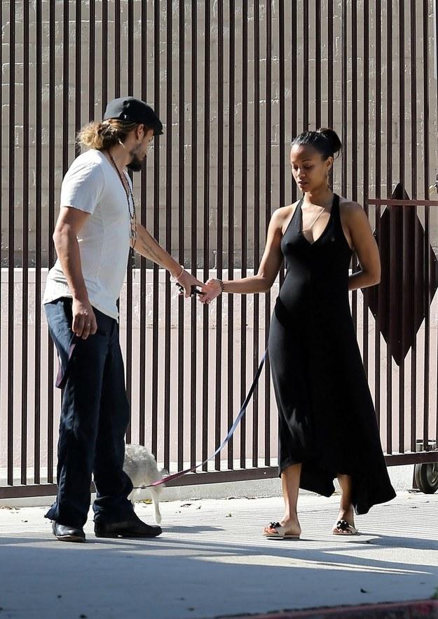 Zoe Saldana na spacerze z mężem /Splash News /East News