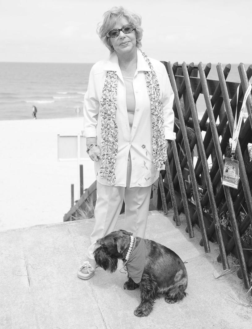 Zofia Czerwińska z psem Dżekiem w Międzyzdrojach, 2012 r. /Piotr Wygoda /East News