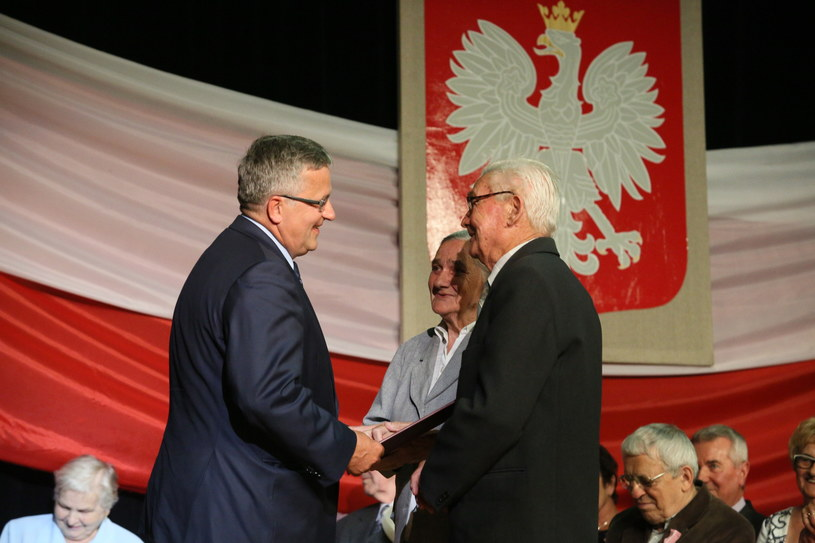 Zofia i Józef Kucielowie odbierają list gratulacyjny za 60 lat pożycia małżeńskiego /Stanisław Rozpędzik /PAP