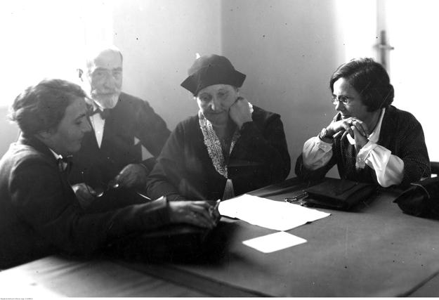 Zofia Moraczewska na zdjęciu w środku /foto. Narodowe Archiwum Cyfrowe /