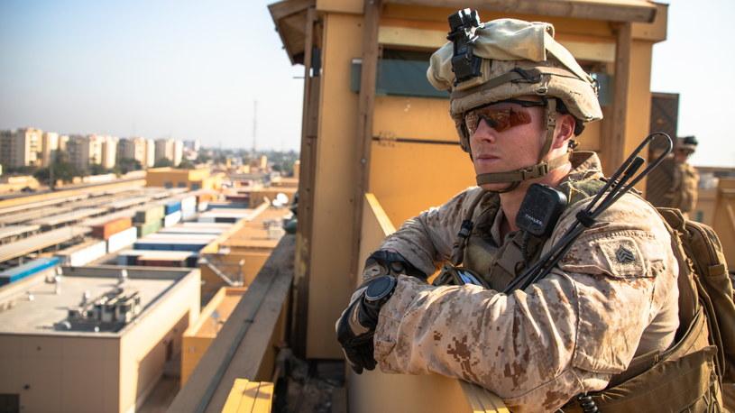 Żołnierz amerykański na posterunku w ambasadzie USA w Bagdadzie /PAP/EPA