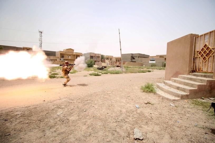 Żołnierz armii rządowej strzela w kierunku pozycji Państwa Islamskiego w Faludży /AFP