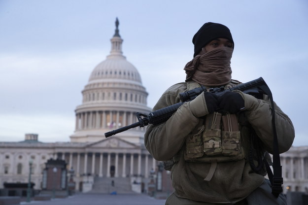 Żołnierz Gwardii Narodowej przed Kapitolem /MICHAEL REYNOLDS    /PAP/EPA