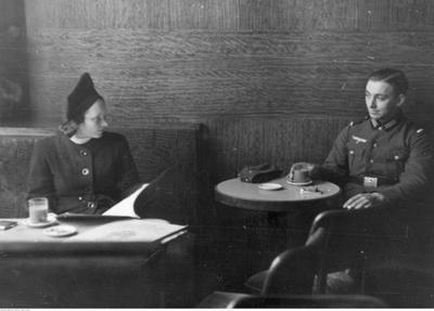 Żołnierz niemiecki i młoda kobieta w kawiarni. /Ze zbiorów Narodowego Archiwum Cyfrowego