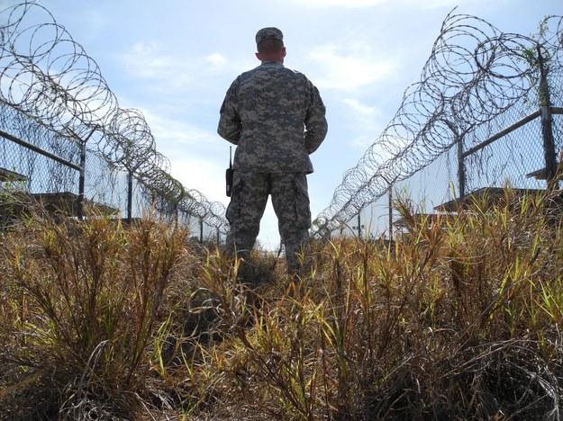 Żołnierz patrolujący teren więzienia w Guantanamo na Kubie /Johannes Schmitt-Tegge /PAP/EPA