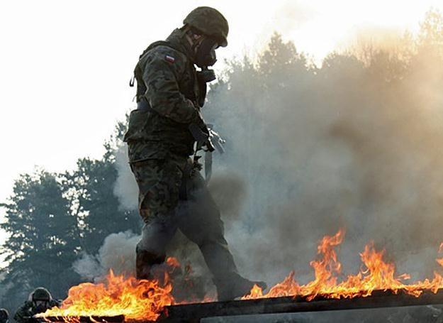 Żołnierz podczas pokonywania toru napalmowego /fot. ppor. Katarzyna Szal /
