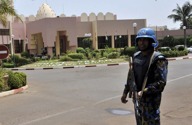 Żołnierz pokojowych sił ONZ przed jednym z hoteli w Mali /AFP