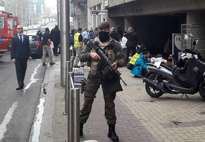 Żołnierz przed stacją brukselskiego metra Maalbeek /AFP