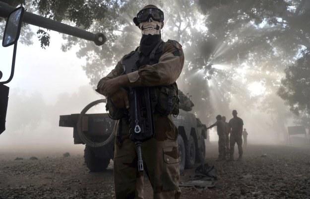 Żołnierz w masce jednego z bohaterów serii Call of Duty /AFP