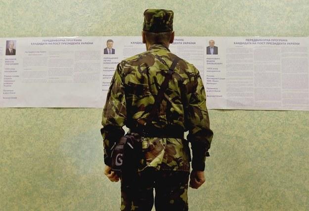 Żołnierz w trakcie głosowania /ROBERT GHEMENT /PAP/EPA