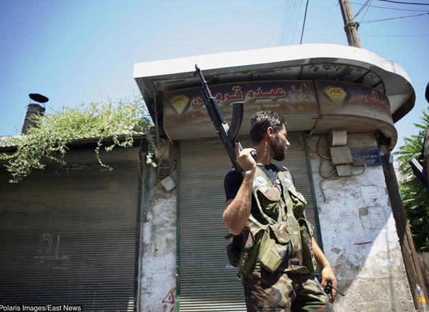 Żołnierz z Wolnej Armii Syrii patroluje ulice Alepp /Polaris /East News