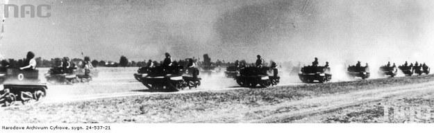 Żołnierze 2 Batalionu Komandosów Zmotoryzowanych w transporterach opancerzonych Universal Carrier podczas defilaty pod Loreto - 15 sierpnia 1945 r. /Z archiwum Narodowego Archiwum Cyfrowego