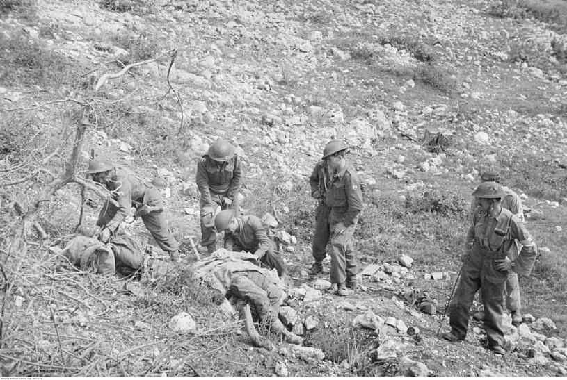 Żołnierze 3. Dywizji Strzelców Karpackich przygotowują zwłoki poległych do pochówku /Z archiwum Narodowego Archiwum Cyfrowego