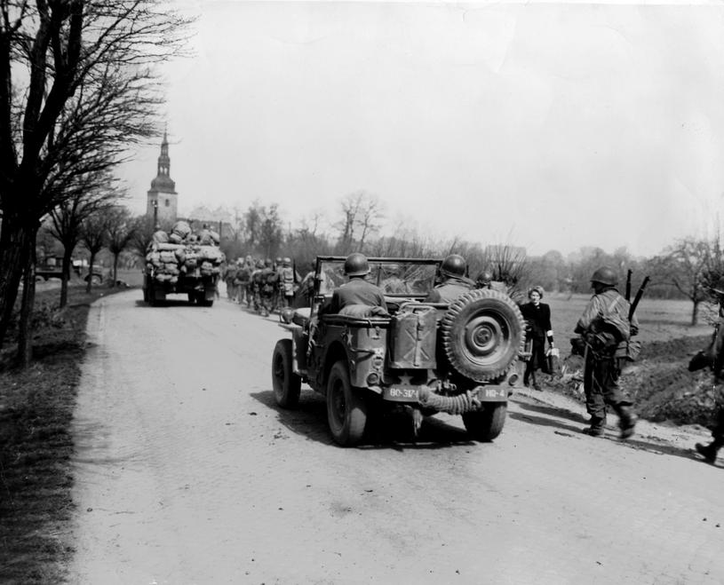 Żołnierze amerykańscy wjeżdżają do Erfurtu. Kwiecień 1945 /Getty Images