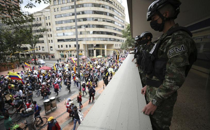Żołnierze kolumbijscy obserwują demonstrację w Bogocie, która miała miejsce 5 maja /AP/Associated Press/East News /East News