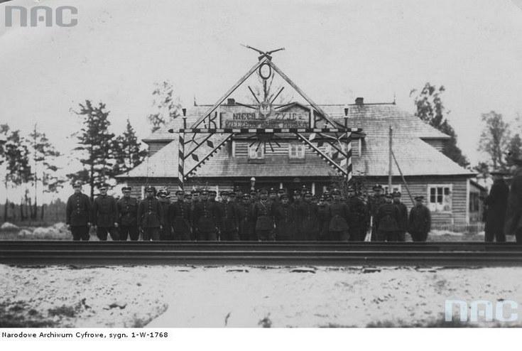 Żołnierze Korpusu Ochrony Pogranicza przy strażnicy w pobliżu Stołpc /Z archiwum Narodowego Archiwum Cyfrowego