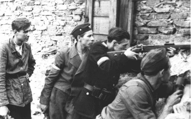 Żołnierze na barykadzie podczas Powstania Warszawskiego /PAI /PAP