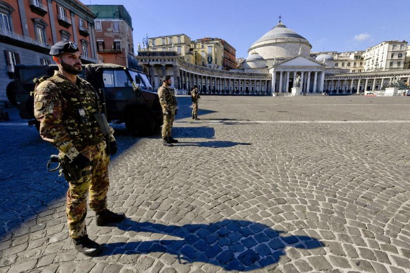 Żołnierze na Piazza del Plebiscito w Neapolu /CIRO FUSCO /PAP/EPA