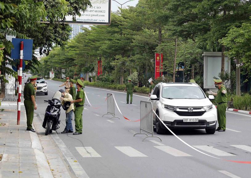 Żołnierze na ulicach sprawdzają dokumenty mieszkańców /Xinhua/Xinhua News /East News