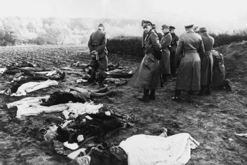 Żołnierze niemieccy oglądają zwłoki niemieckich cywilów w Prusach Wschodnich, w okolicach Nemmersdorf w październiku 1944 roku. /AKG Images /East News